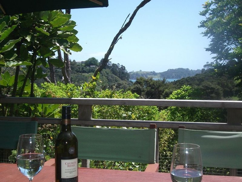 Bush Beach Delight - Onetangi Holiday Home, casa vacanza a Clevedon