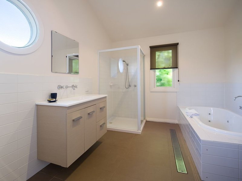 Boatshed House - On the shores of Lake Daylesford, casa vacanza a Eganstown