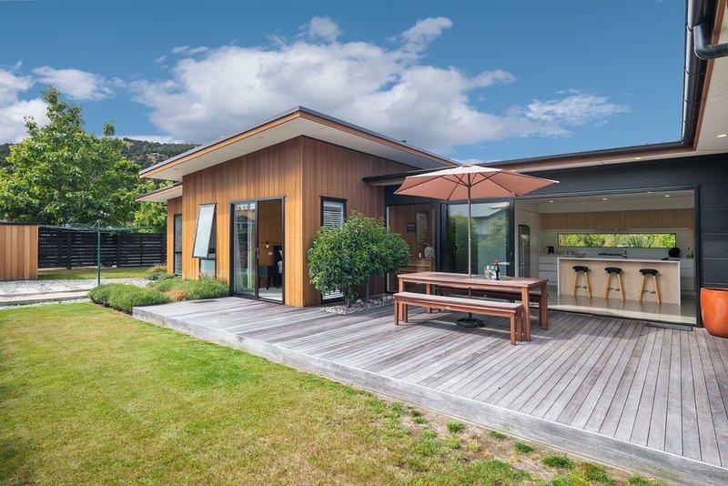 Sierra Oasis - Modern Wanaka Holiday Home, holiday rental in Lake Hawea
