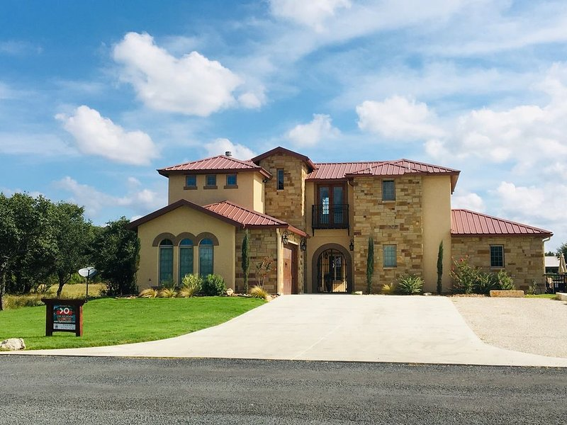 Texas Tuscan a Concan Luxury Home, holiday rental in Concan