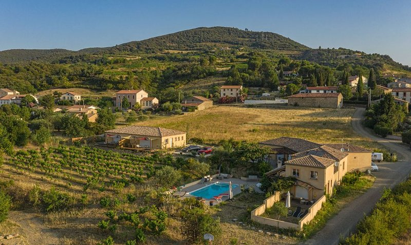 Belle maison, vue, en campagne au soleil du Midi ,spas, piscine, parking, holiday rental in Vieussan