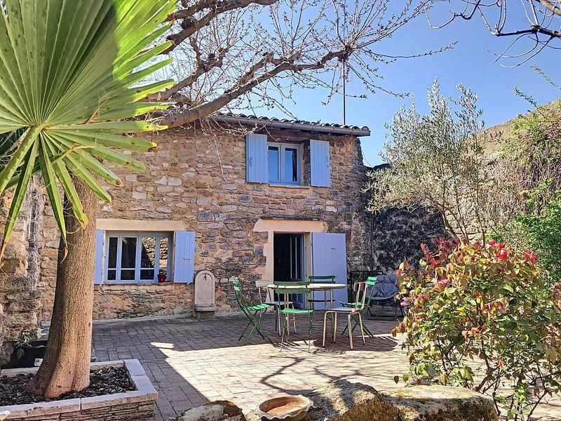 Maison  entière en plein cœur de GRIGNAN avec jardin, casa vacanza a Reauville