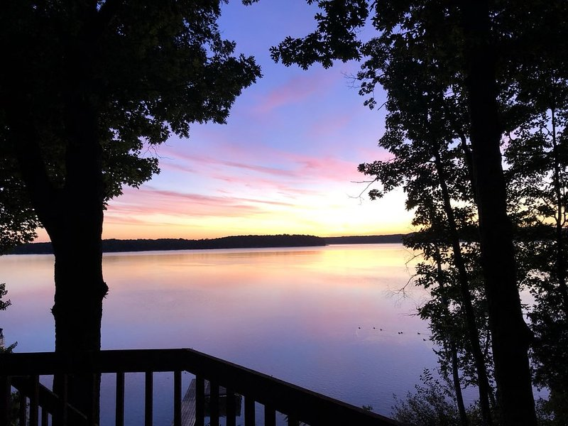 Charming Duck Lake, Lakefront! Minutes from Interlochen Arts School, alquiler de vacaciones en Interlochen
