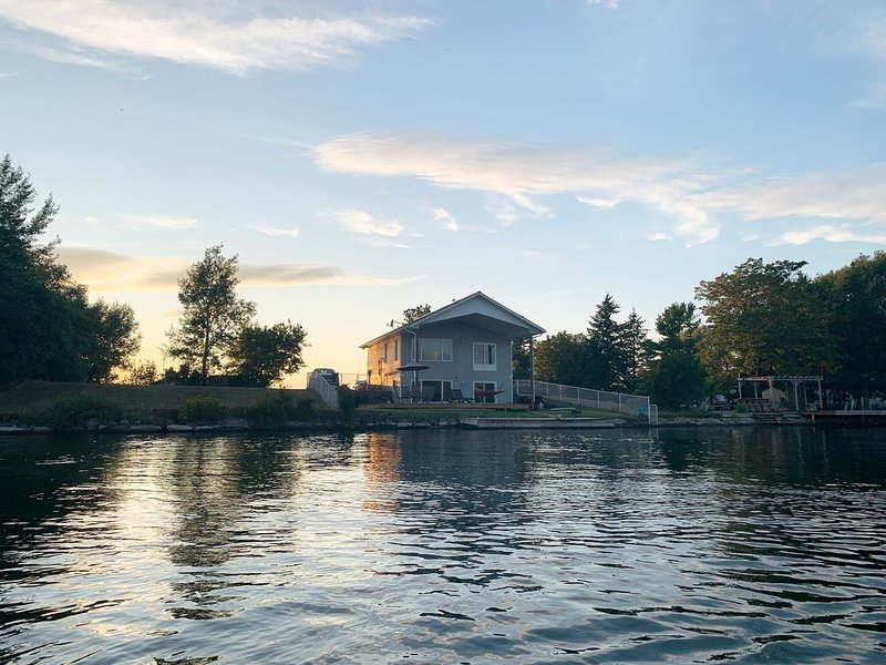 Private Modern House on the St Lawrence River (CANADA), casa vacanza a Waddington