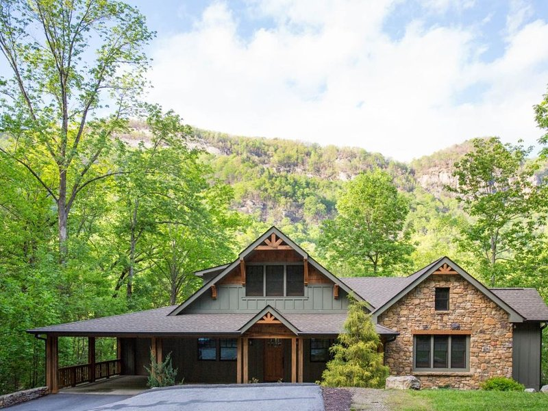 ON THE ROCKY BROAD RIVER ~ MOUNTAIN VIEWS ~ INTERNET ~ WOOD FLOORS ~ GAME ROOM ~, location de vacances à Chimney Rock