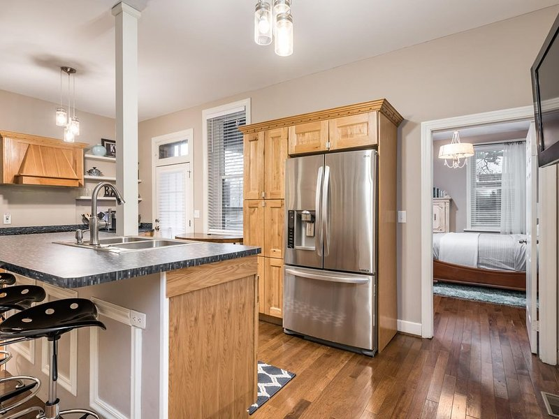 Modernized Old Louisville Condo! - 1 mile to Downtown, sleeps 6!, vacation rental in Louisville