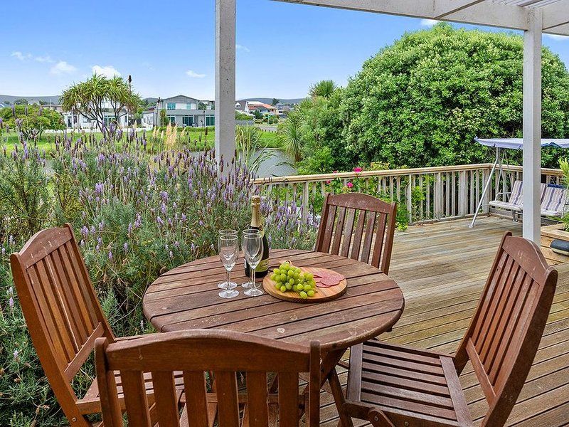 Lagoon Haven - Waikanae Holiday Home, vacation rental in Kapiti Coast