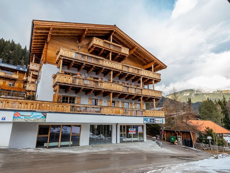 Unique and exclusively furnished chalet near the ski lift, vacation rental in Mittersill