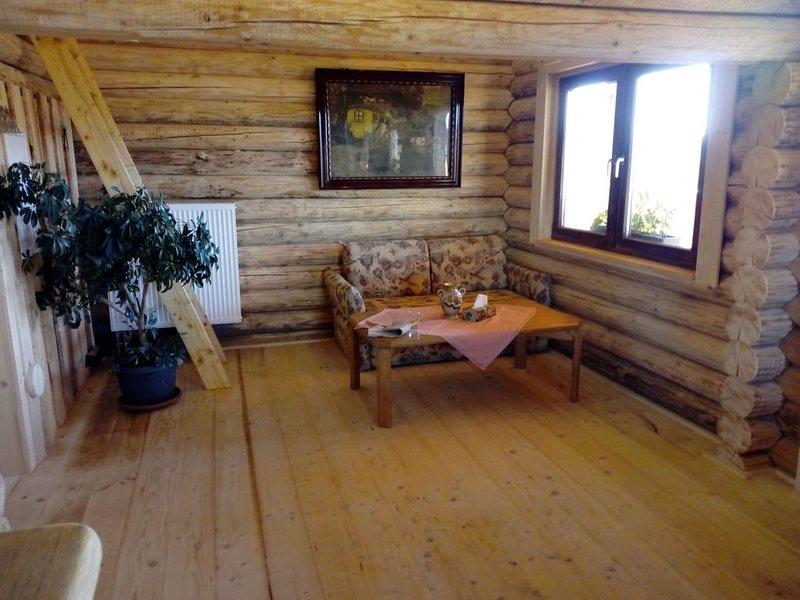 Uriges Hüttenappartement am Reiterhof mit Balkon, holiday rental in Eging am See