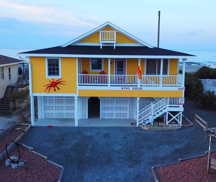 Beach Front Family Home with a NEW Beach!!  Incredible Screened In Porch!, alquiler de vacaciones en Holden Beach