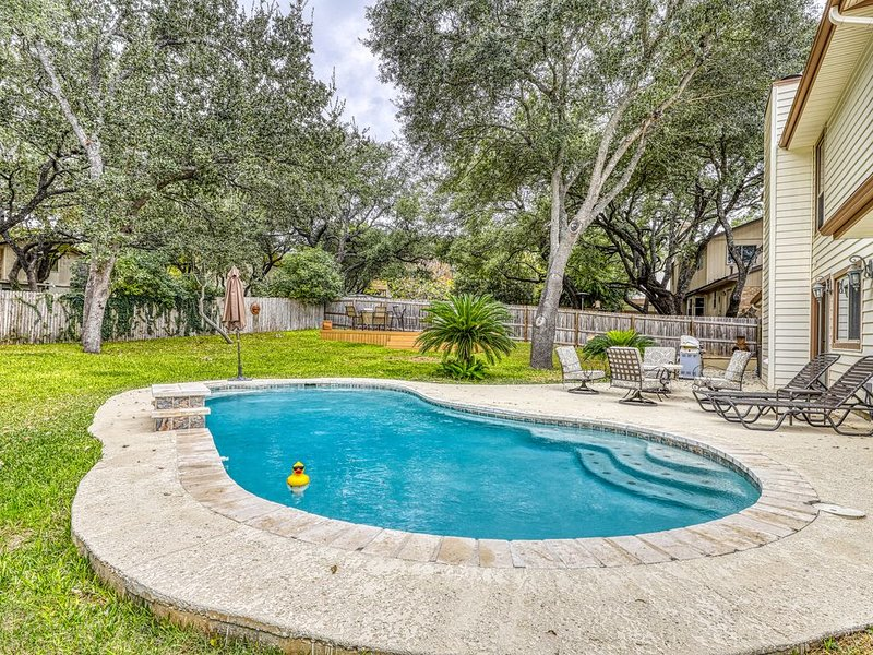 Dog-friendly chic home w/private outdoor pool, gas grill, & enclosed backyard, holiday rental in Schertz