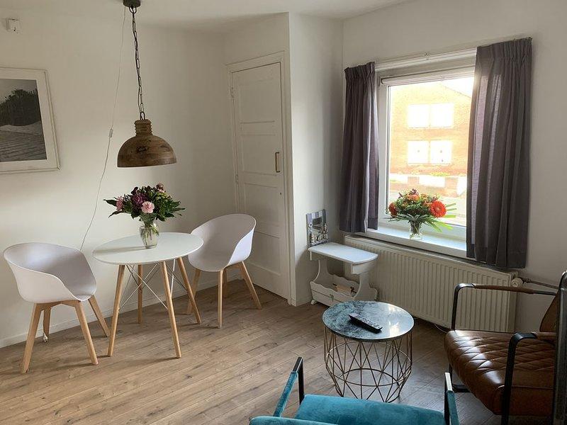 Op loopafstand van strand en zee gelegen appartement met balkon: The Beach, vakantiewoning in Zandvoort