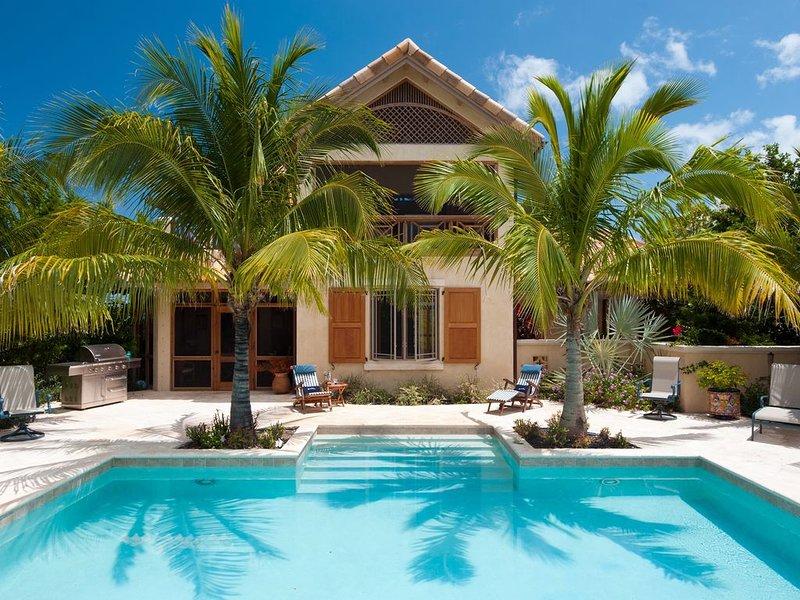 VILLA ROSSO DI SERA- stunning villa overlooking Taylor Bay and Chalk Sound, Ferienwohnung in Turtle Cove