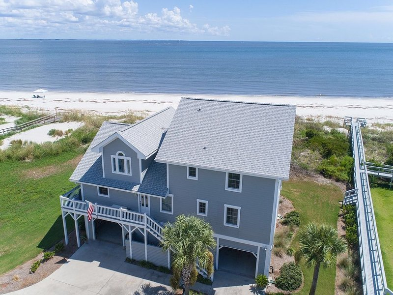 Oceanfront 5 Bd/4.5 Bath FAMILY Friendly/Room for Everyone, holiday rental in Harbor Island