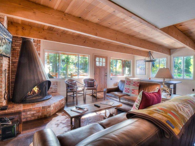 Chamberlands Cozy Cabin with Pool and Private Beach, vacation rental in Tahoma