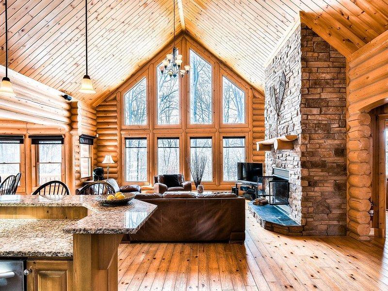 Le salon spacieux, ouvert et lumineux de Charm Wood se compose de la cuisine, du coin repas et du salon. Le cadre idéal pour profiter de cette luxueuse retraite en bois rond!