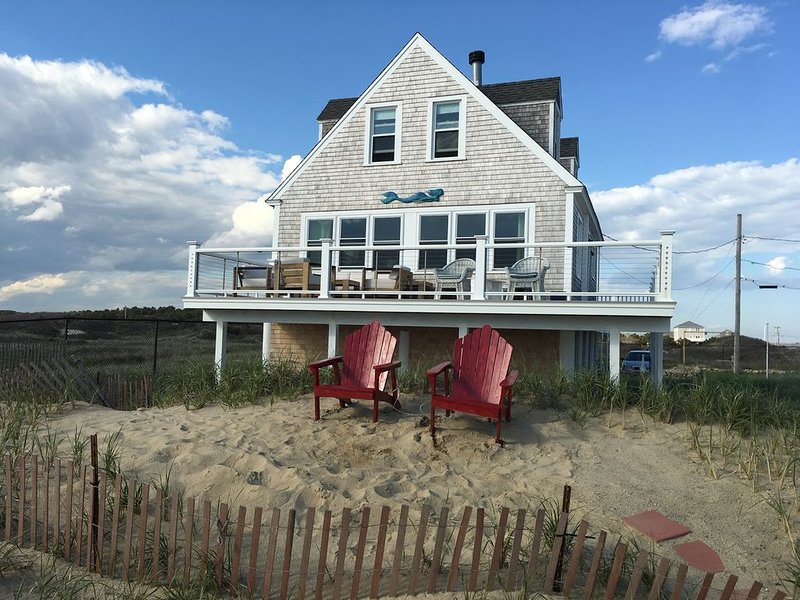 Oceanfront/Beachfront Totally Renovated Beautiful Beachouse, casa vacanza a New Bedford