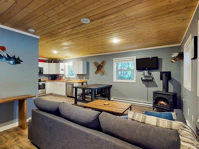 Walk to Ski lift, Contemporary cabin near skiing, lifts, mountain lakes, holiday rental in Snoqualmie Pass