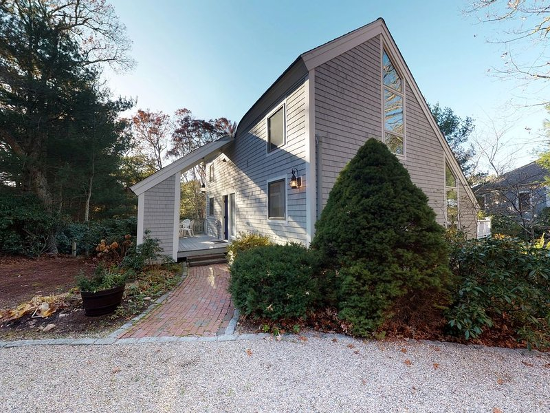 Family summer home w/ expansive deck & wonderful location for beach-goers!, vacation rental in Mashpee