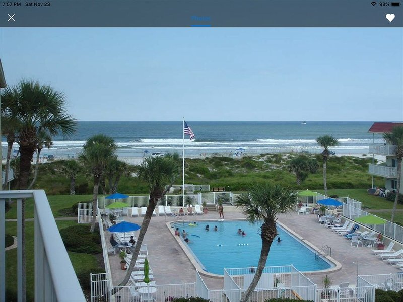 Beachfront condo with direct pool & ocean view on St Augustine Beach, vacation rental in Saint Augustine Beach