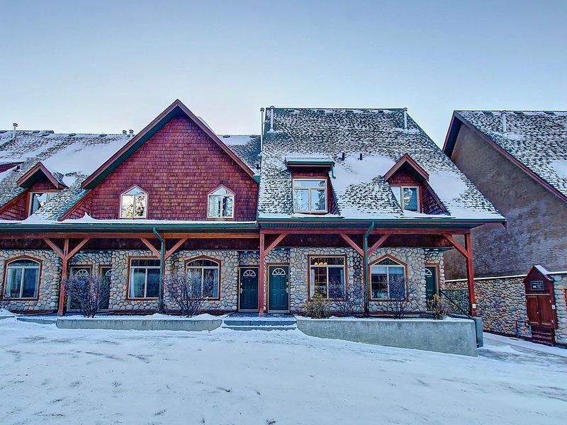 MOUNTAIN CONDO GETAWAY WITH HEATED POOL AND HOT TUB ALL YEAR ROUND, aluguéis de temporada em Canmore
