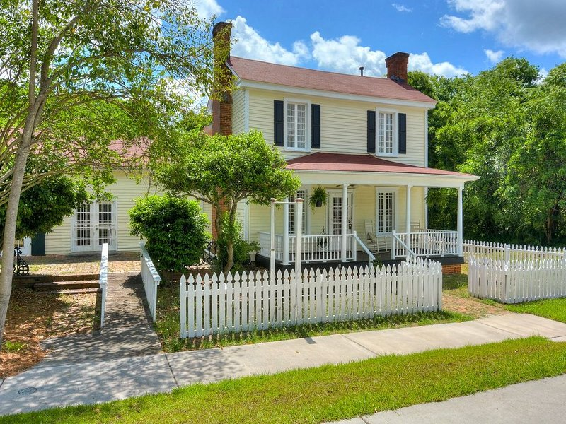 Completely renovated - Old World Charm * the Little Yellow House on York, holiday rental in Graniteville