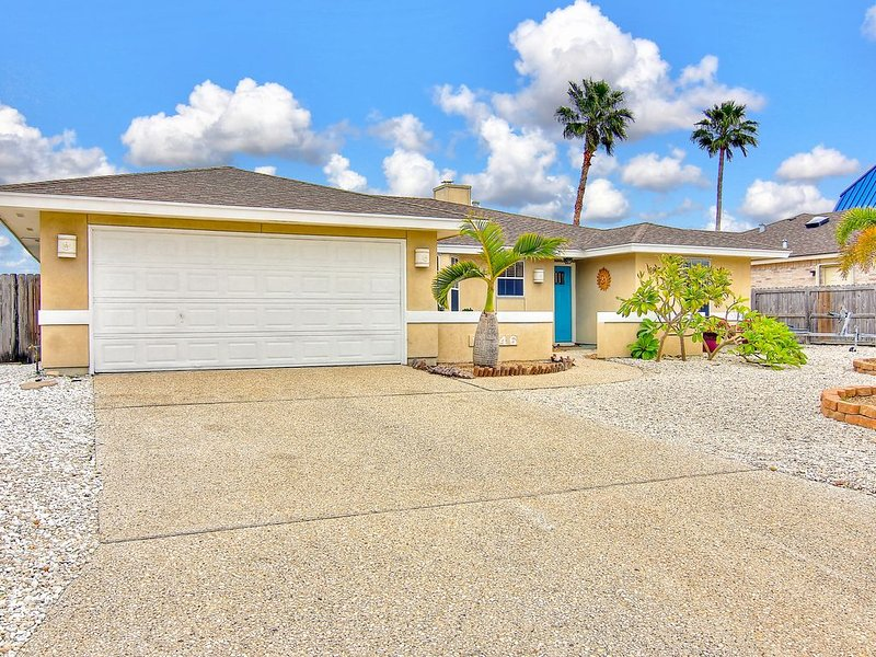 STAY ON THE WATER AND SPLASH IN THE POOL!, vacation rental in Corpus Christi