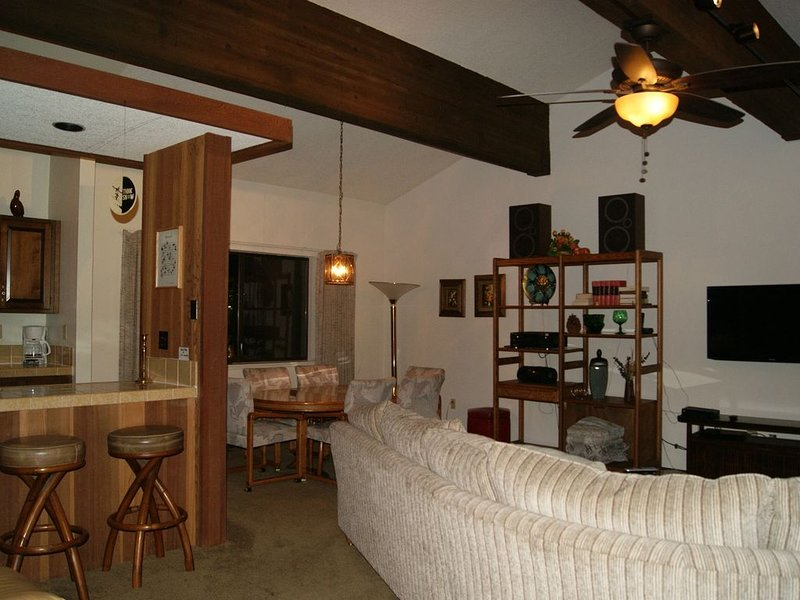 Awesome Comfy Condo Across From Hyatt & Lake, holiday rental in Carson City