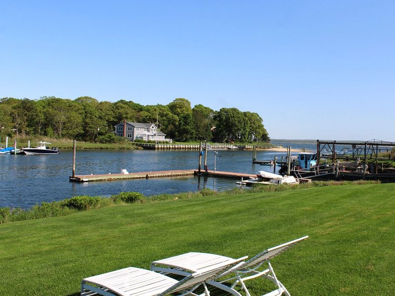 Premier Waterfront Cottage 3, holiday rental in Riverhead