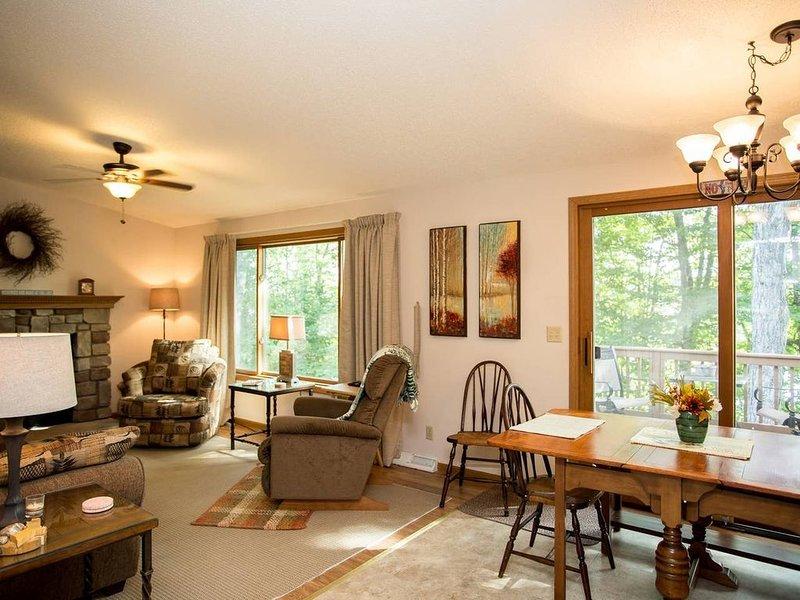 Forest Lake House, perfect 4-season home for all activities!, alquiler de vacaciones en Deerton