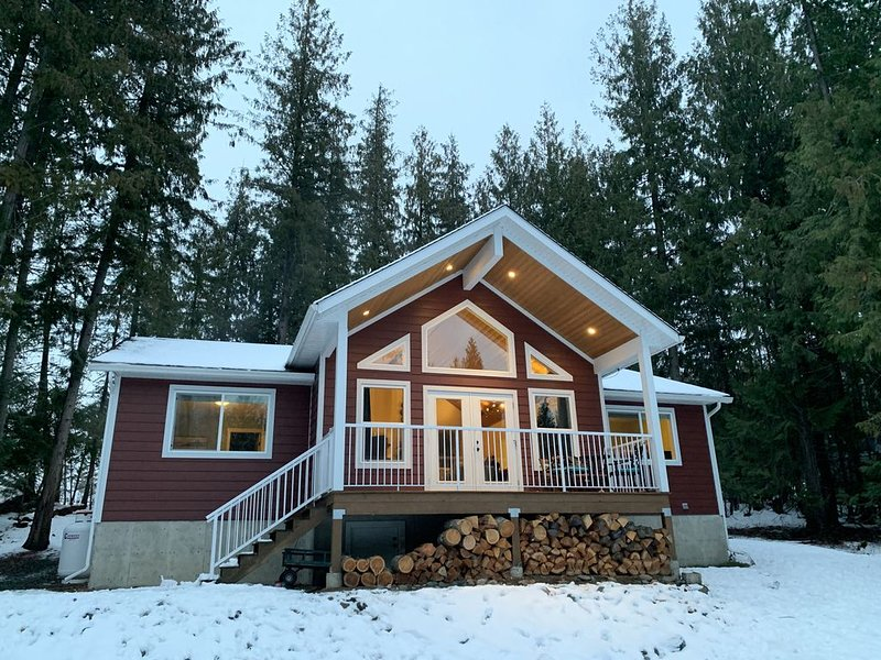 Perfect Family Vacation Cottage Amongst the Cedar Trees, holiday rental in Celista