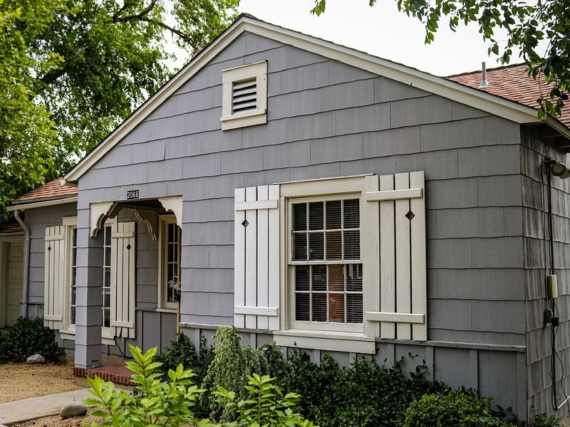 2 MILES FROM DOWNTOWN RENO, THIS OLD SOUTHWEST COTTAGE HOSTS UP TO 5 PEOPLE, aluguéis de temporada em Reno