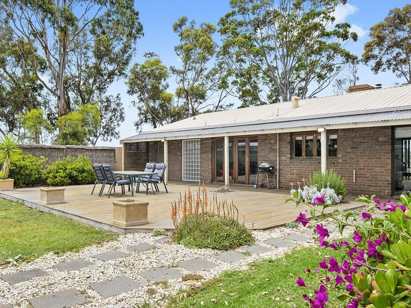 STRAWBERRY FIELDS HOMESTAY, holiday rental in North Geelong