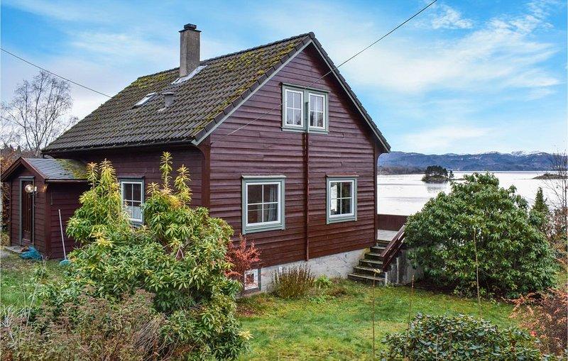 4 Zimmer Unterkunft in Hjelmås, holiday rental in Eikangervag