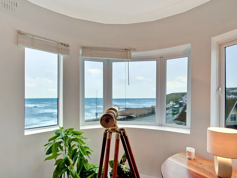 Spectacular  Unique Art Deco  Flat With Uninterrupted Sea Views  for 4 guests, Ferienwohnung in Newhaven