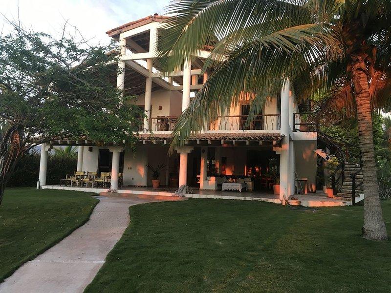 Private beach front home. Renowned surfing destination. Playa la Saladita., location de vacances à La Salada