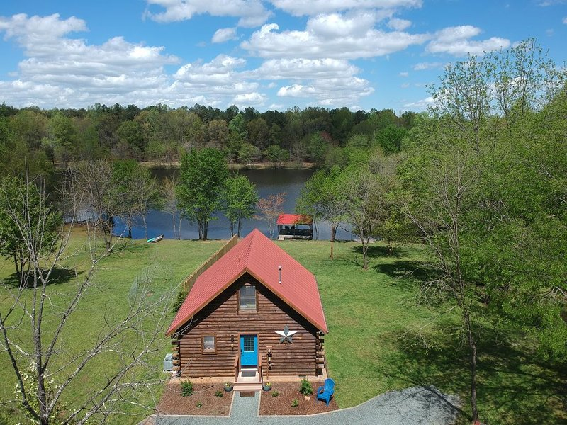 Log Cabin on 142 acre forest/Private Lake with 5+miles Hiking/Biking Trails – semesterbostad i Gordonsville