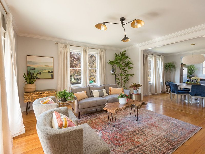 Private Cleveland HOME near Lee & Park Views, Sparkling Clean Reviews, Sleeps 10, holiday rental in Calhoun