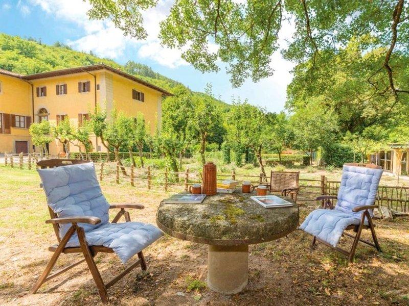 Villa a Poggiolo-salaiole con 6 camere da letto e 12 posti letto, holiday rental in Bivigliano