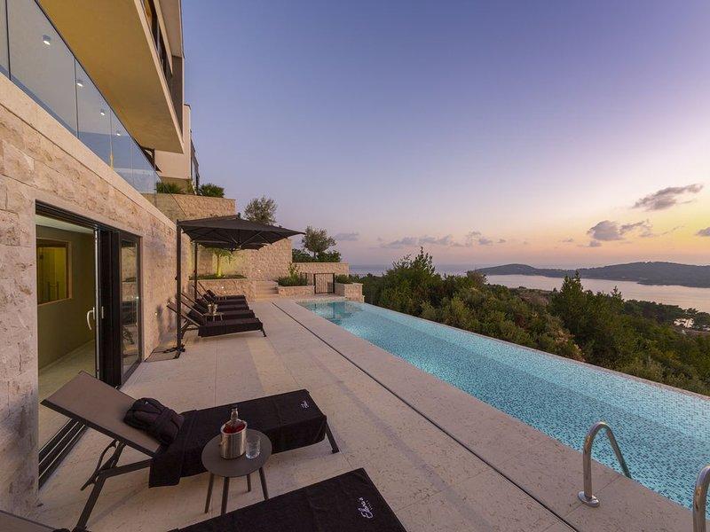 5 Bedroom Villa with Infinity Pool overlooking Adriatic Sea, holiday rental in Orasac