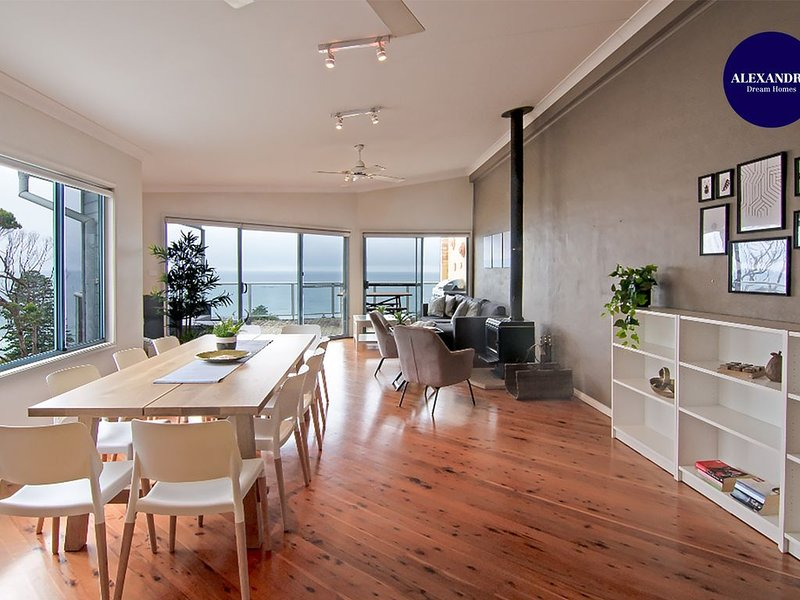 AVOCA HEIGHTS // 4 BDR 2.5 BTH // DIRECT OCEAN VIEWS // BBQ & FIRE PLACE LUXURY, vacation rental in Avoca Beach