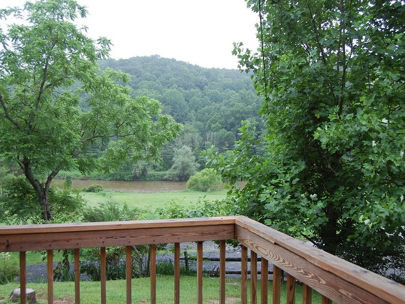 Cozy Cooper Cabin - All you river lovers….. you gotta see this one., holiday rental in Grassy Creek