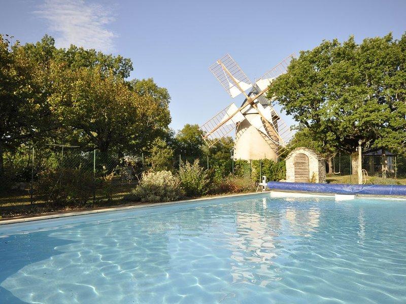 Propriété avec 2 tours en pierre - grande piscine - grand  jardin clos naturel, holiday rental in Ambeyrac