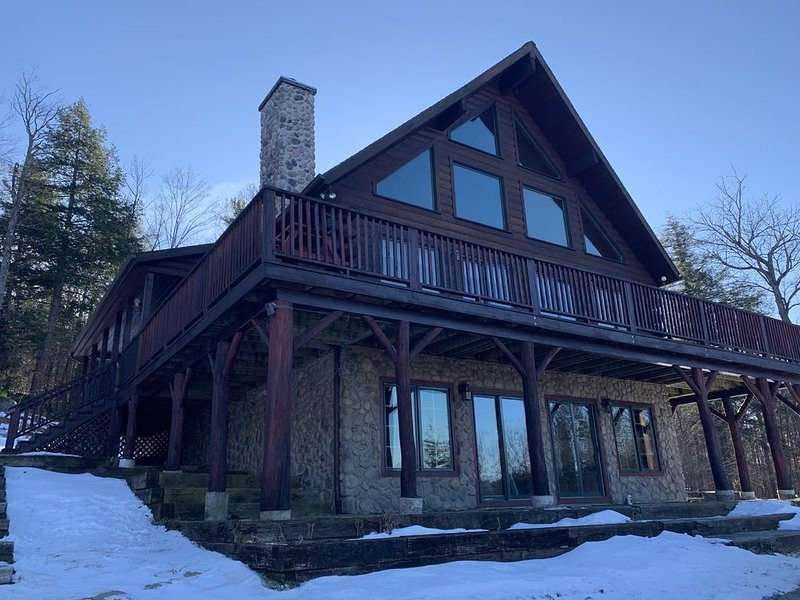 Magnificent Log Home Getaway, holiday rental in Lake George
