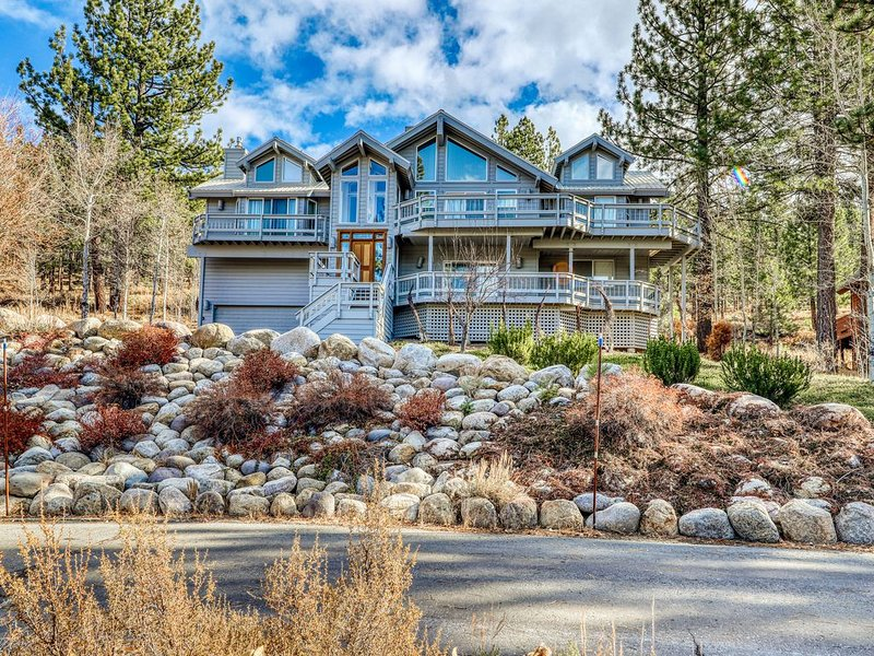 Gorgeous Northstar home with a ping pong table, gas fireplace, and jacuzzi tub., holiday rental in Floriston