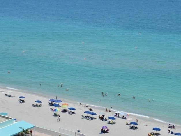 Beautiful beach front condo with a magnificent beach and pool view., holiday rental in Hollywood