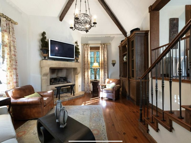 Estate Cottage - Heated Pool, Tennis/Basketball Court, Game Rm, Huge Lawn, holiday rental in Atlanta