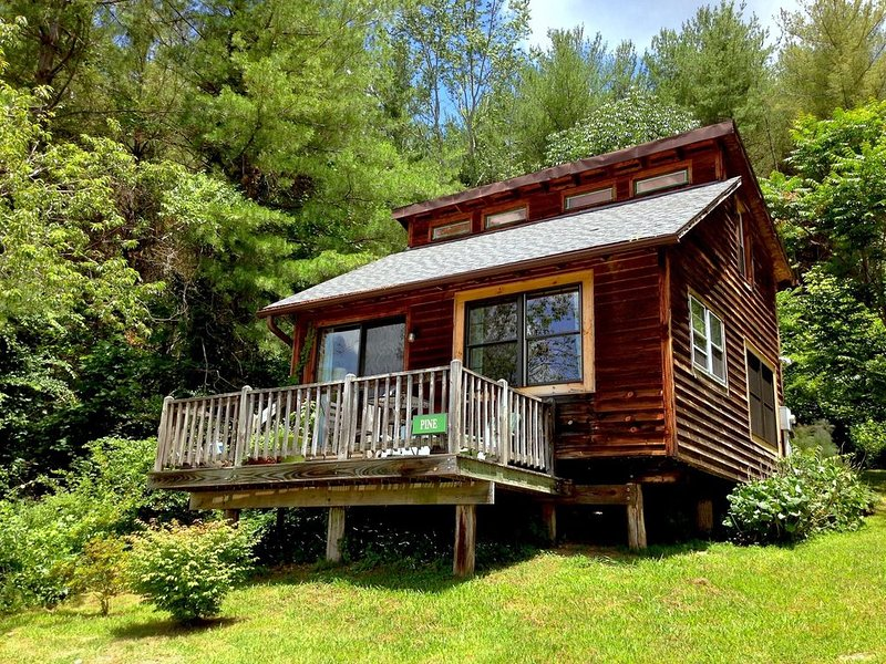 Broadwing Farm Cabins -Pine Cabin- Hot Tub with Mineral Water, holiday rental in Hot Springs