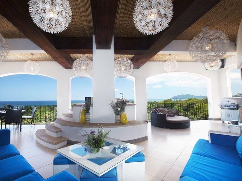 Luxury Penthouse - 5BR/6BA, Pool Table, Jacuzzi and Expansive Ocean Views, aluguéis de temporada em Tamarindo