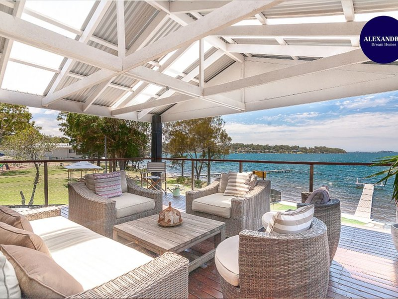 LAKE FRONT HOME ARCADIA VALE // 6 BDR // POOL, SPA, & JETTY, location de vacances à Brightwaters
